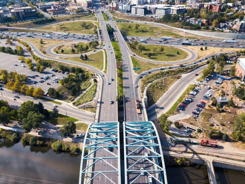 Arquee el puente en el bulevar de Speer en la antena de Denver imagen de archivo