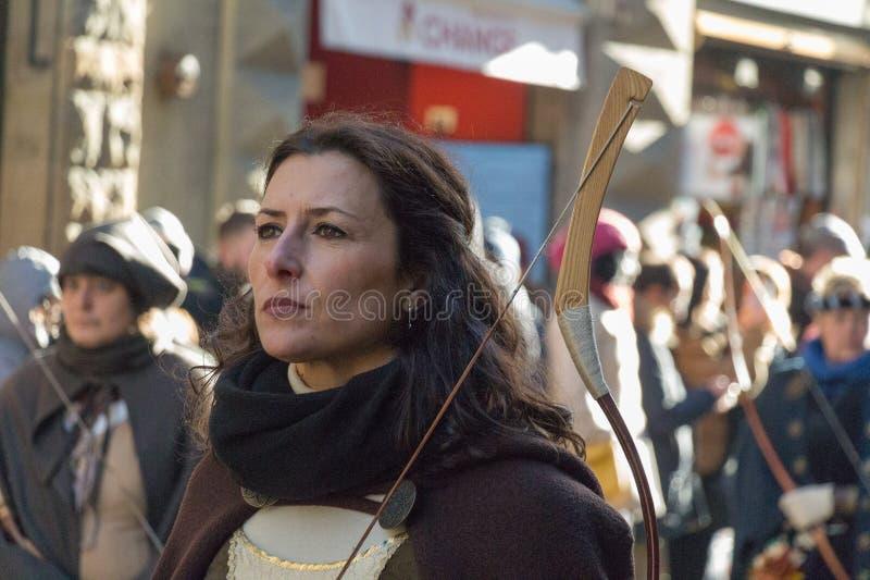 Arquee a la mujer en traje medieval en el desfile tradicional del festival medieval de Befana de la epifanía en Florencia, Toscan fotografía de archivo libre de regalías