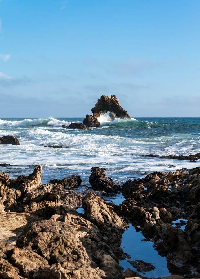 Arquee la roca poca playa California de Newport de la playa de la corona imagen de archivo libre de regalías