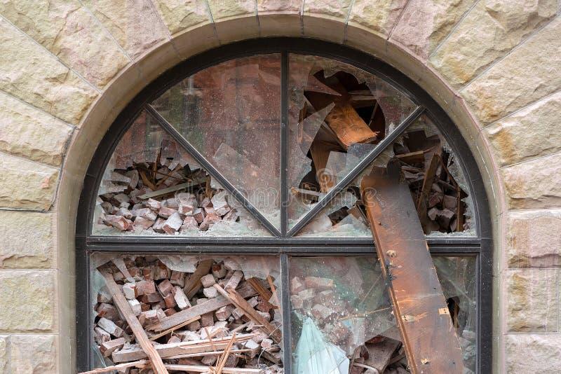 Arquee la ventana del edificio que es demolido en Portland céntrica O imagenes de archivo