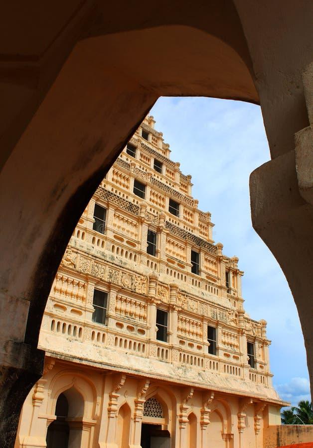 Arquee la vista del campanario en el palacio del maratha del thanjavur imagen de archivo