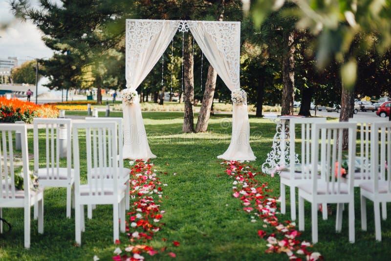 Arquee para la ceremonia de boda, adornado con el paño y las flores foto de archivo libre de regalías