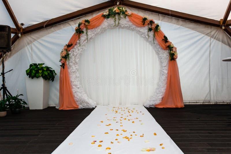 Arquee para la ceremonia de boda, adornado con el paño y las flores imágenes de archivo libres de regalías