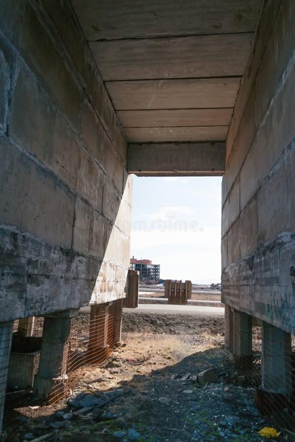 Arquee, paso entre las casas en la fundación de pila fotografía de archivo
