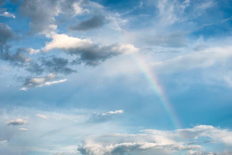 Arqueie o fenômeno natural do arco-íris com as nuvens no céu imagem de stock royalty free