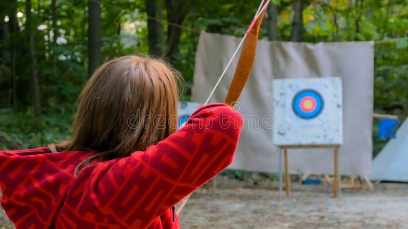 Arqueiro fêmea com curva de madeira imagens de stock royalty free