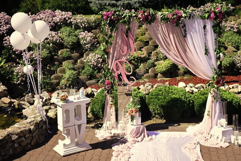 Arquez à l'été ensoleillé de décoration de cérémonie de mariage extérieur image libre de droits