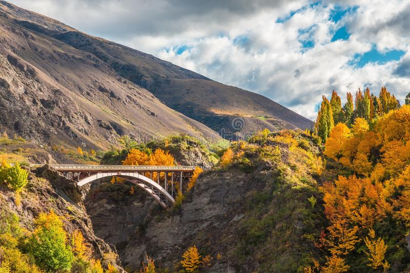 Arquez le pont au-dessus de la rivière de Kawarau près de Queenstown, Nouvelle-Zélande images stock