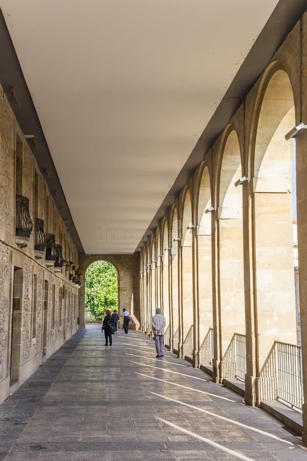 Arquillos passage i den historiska mitten av Vitoria Gasteiz royaltyfri foto