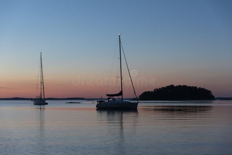 Arquipélago ancorado de Éstocolmo da noite de verão dos barcos de navigação fotografia de stock