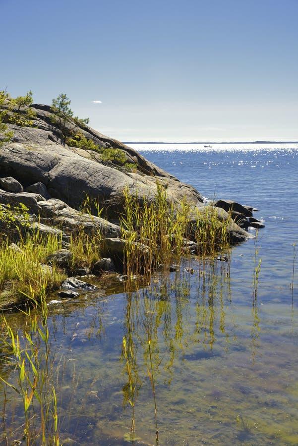 Arquipélago de Éstocolmo, dia de verão ensolarado com céu azul fotografia de stock