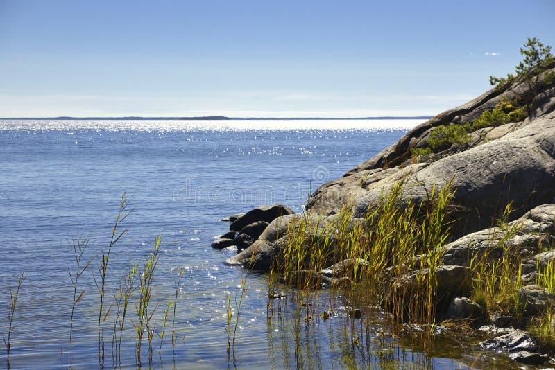 Arquipélago de Éstocolmo, dia de verão ensolarado com céu azul fotografia de stock royalty free