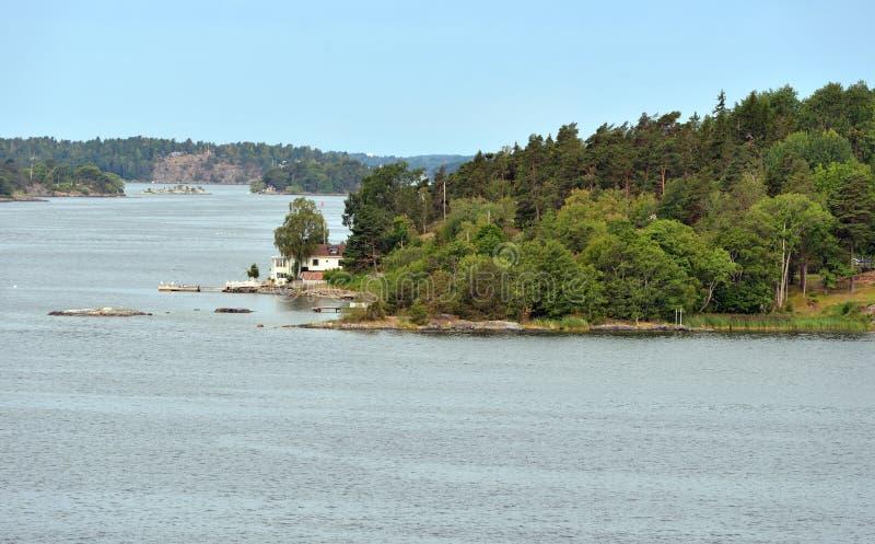 Arquipélago de Éstocolmo no mar Báltico Paisagem do verão com a casa branca na costa imagens de stock