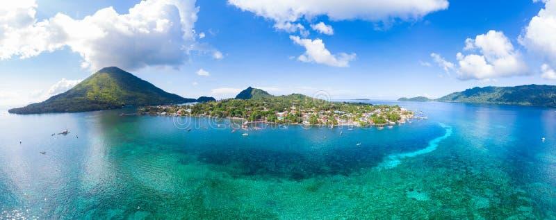 Arquipélago Indonésia de Banda Islands Moluccas da vista aérea, Pulau Gunung Api, vila de Bandaneira, mar das caraíbas do recife  imagens de stock