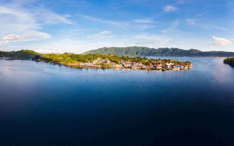 Arquipélago Indonésia de Banda Islands Moluccas da vista aérea, vila Maluku de Bandaneira imagem de stock royalty free