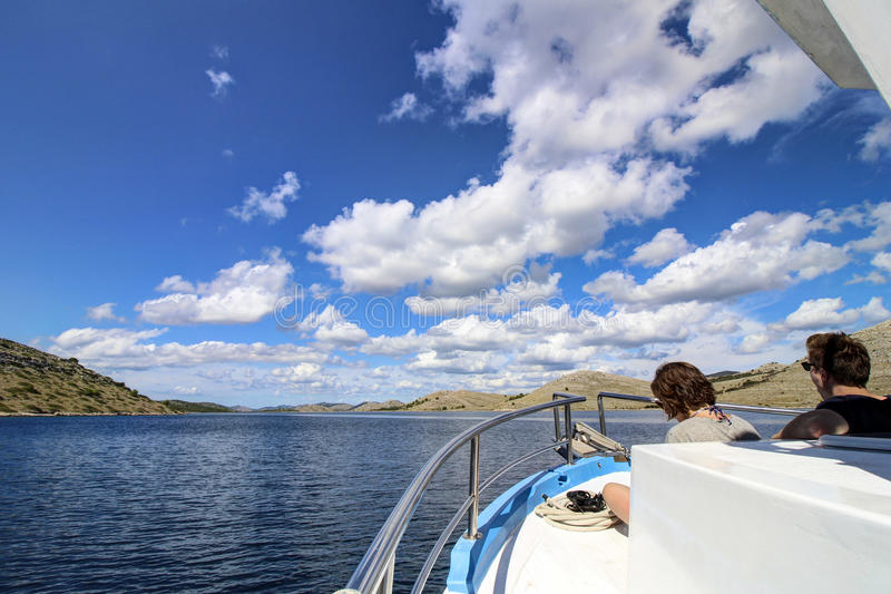 Arquipélago - nuvens no céu azul foto de stock