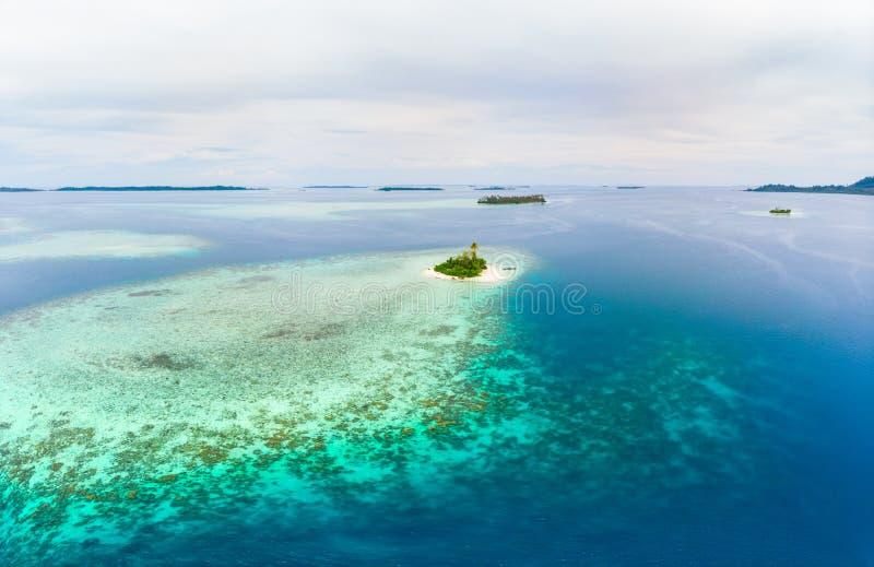 Arquipélago tropical Indonésia de Sumatra das ilhas de Banyak da vista aérea, Aceh, praia branca da areia do recife de corais Tur imagens de stock royalty free