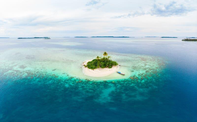 Arquipélago tropical Indonésia de Sumatra das ilhas de Banyak da vista aérea, Aceh, praia branca da areia do recife de corais Tur imagem de stock