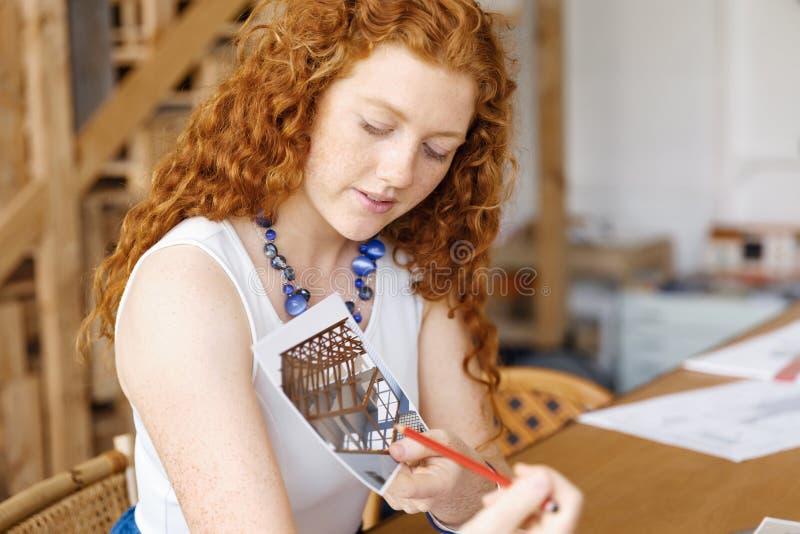 Arquitecto de la mujer joven en oficina foto de archivo
