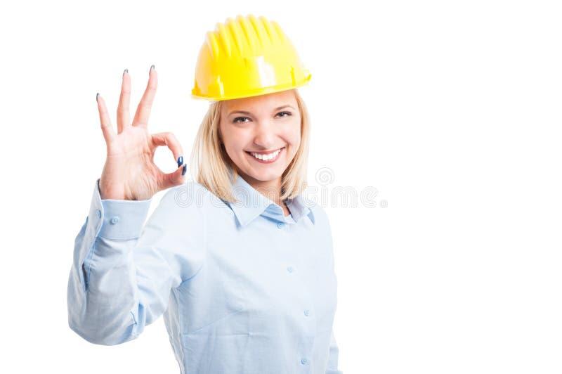 Arquitecto de la mujer que muestra muy bien o gesto de la aprobación foto de archivo