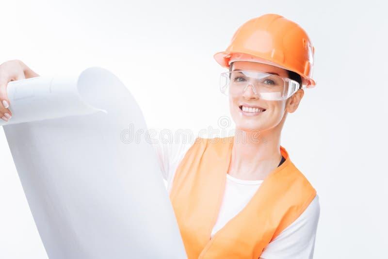 Arquitecto de sexo femenino agradable que trabaja en el solar fotografía de archivo libre de regalías