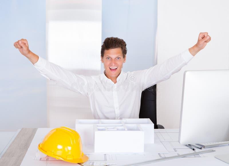 Arquitecto de sexo masculino acertado imagen de archivo libre de regalías