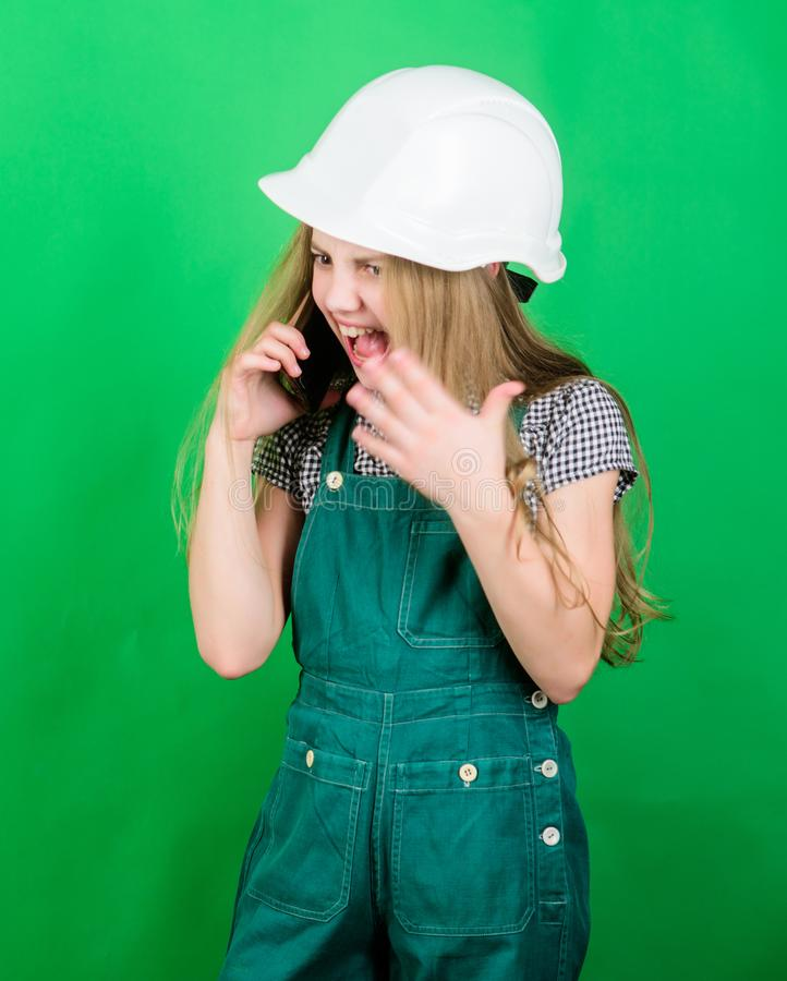 Arquitecto del ingeniero del constructor Trabajador del niño en el casco enojado Grito en el teléfono El jefe del niño tiene prob foto de archivo libre de regalías