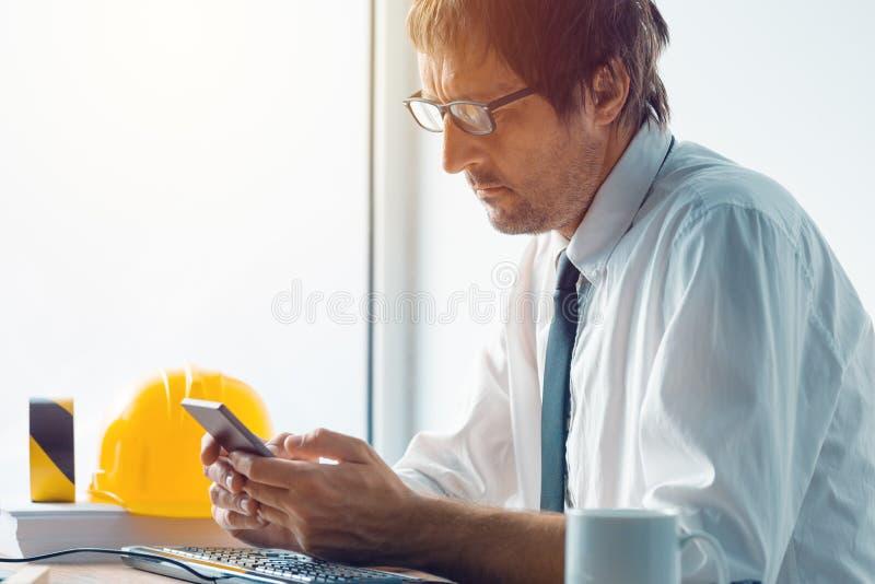 Arquitecto e ingeniero de construcción que trabaja en oficina imagen de archivo