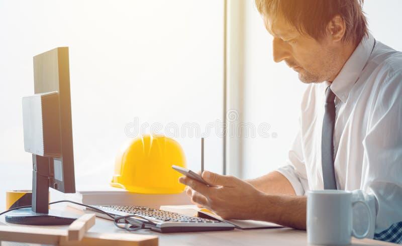 Arquitecto e ingeniero de construcción que trabaja en oficina imagen de archivo libre de regalías