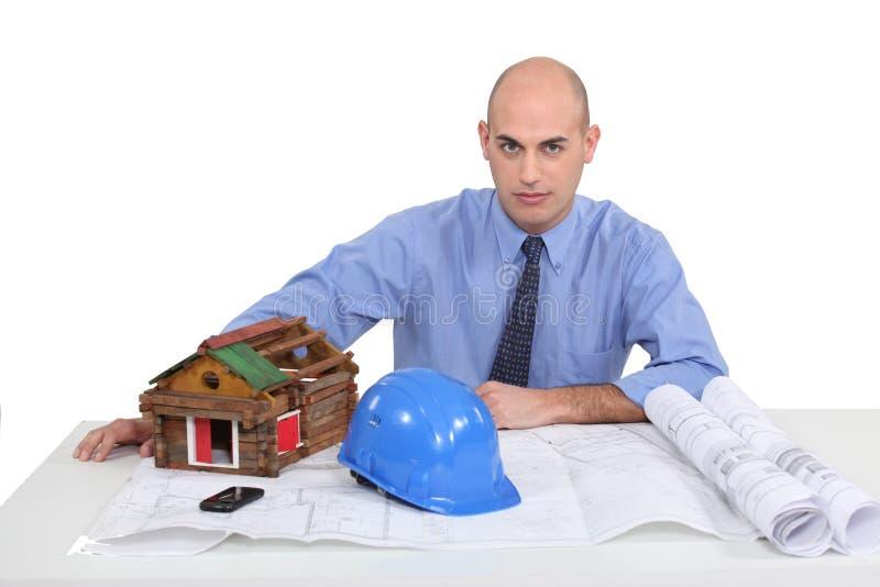 Arquitecto en su escritorio imagenes de archivo