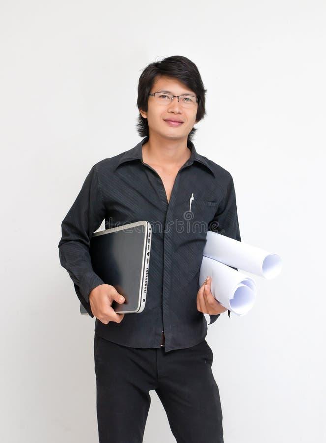 Arquitecto joven de la sonrisa con plan fotografía de archivo libre de regalías
