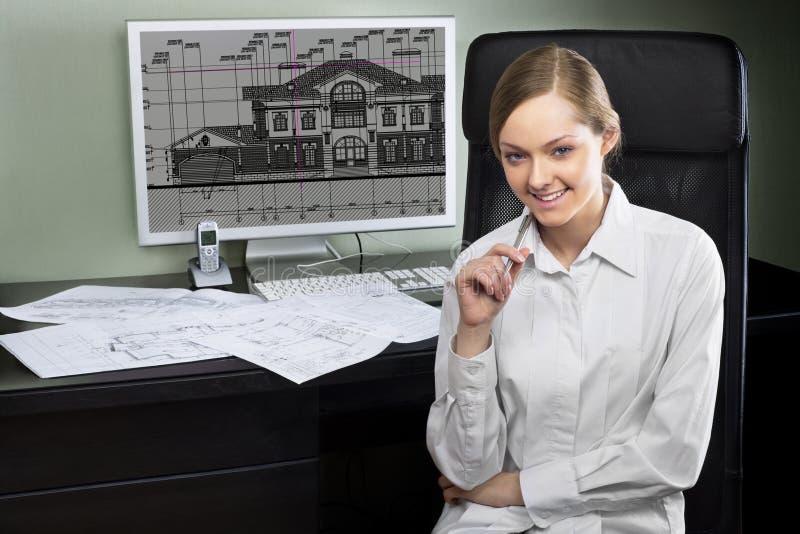 Arquitecto joven en su lugar de trabajo fotografía de archivo
