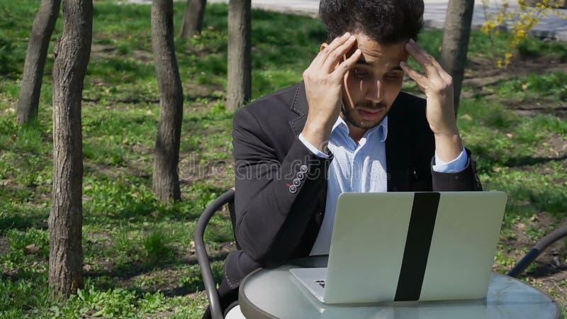 Arquitecto musulmán que hace clic el ordenador portátil y que piensa en nuevo proyecto foto de archivo libre de regalías