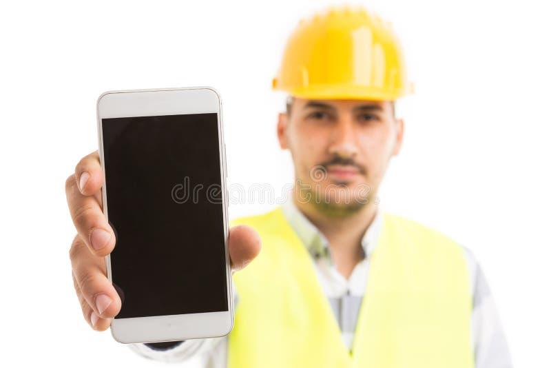 Arquitecto o ingeniero que muestra la pantalla o el displa en blanco vacía del teléfono imagen de archivo libre de regalías