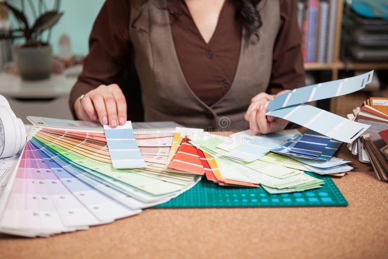 Arquitecto que elige de diversos colores en las tarjetas imagen de archivo libre de regalías
