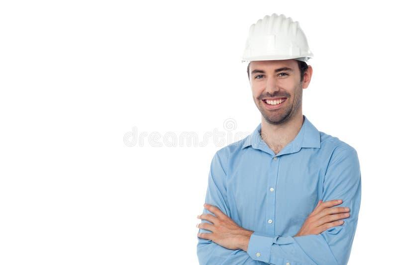Arquitecto que se coloca con el casco de protección fotografía de archivo libre de regalías