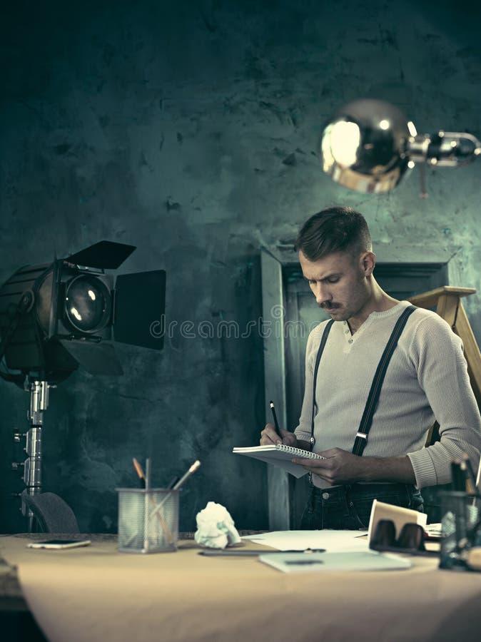 Arquitecto que trabaja en la tabla de dibujo en oficina fotografía de archivo libre de regalías