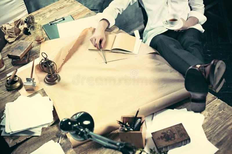 Arquitecto que trabaja en la tabla de dibujo en oficina fotos de archivo libres de regalías