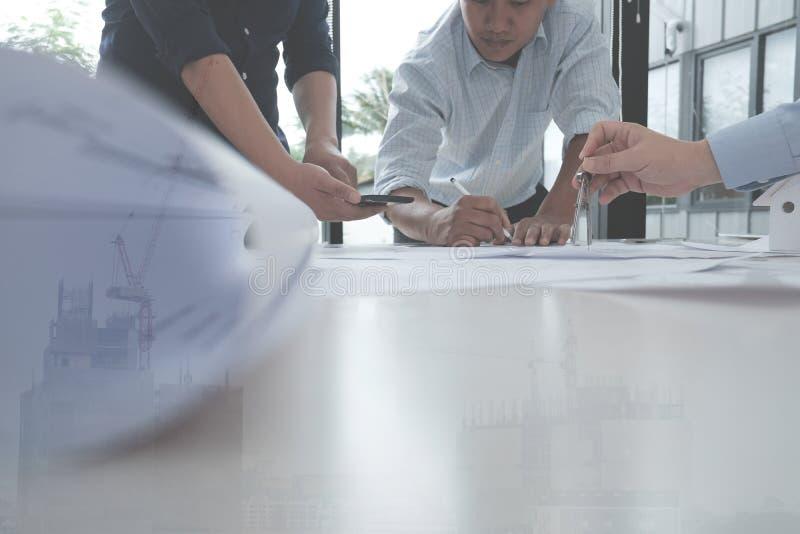 Arquitecto que trabaja en proyecto de las propiedades inmobiliarias con el socio en el workpla imagen de archivo