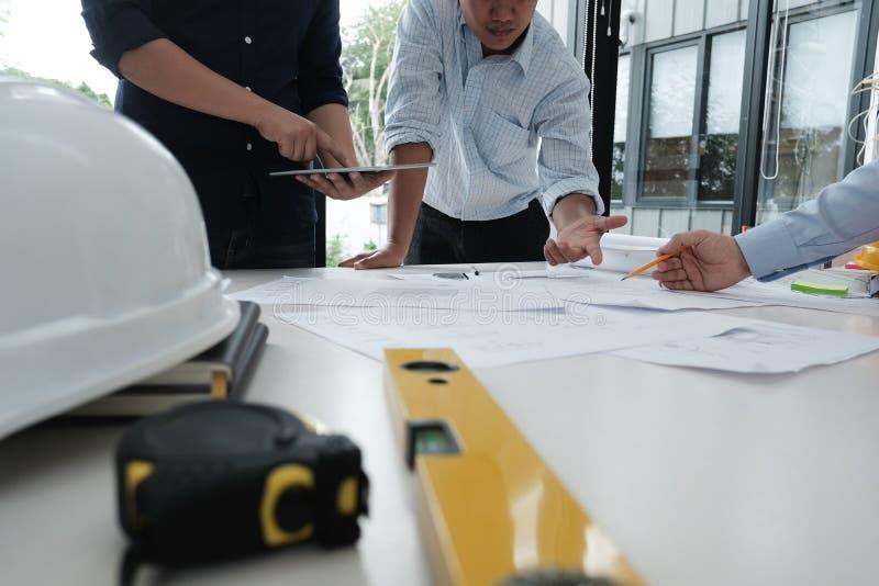 Arquitecto que trabaja en proyecto de las propiedades inmobiliarias con el socio en el workpla foto de archivo libre de regalías