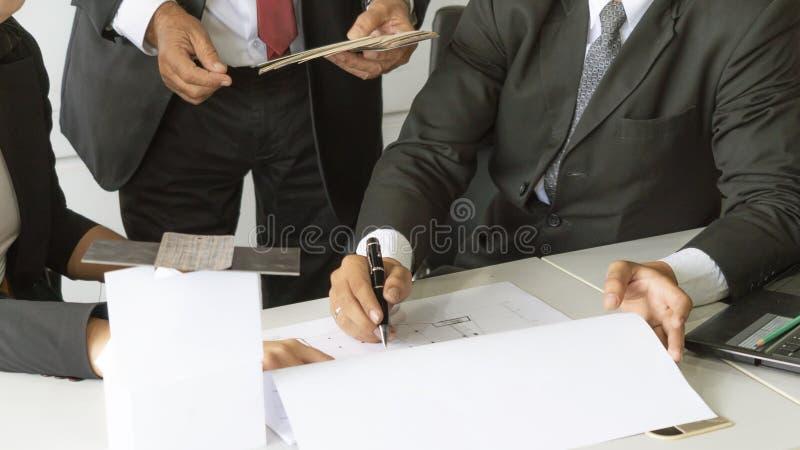 Arquitectos del negocio del concepto, modelo del edificio del concepto en el escritorio con imágenes de archivo libres de regalías