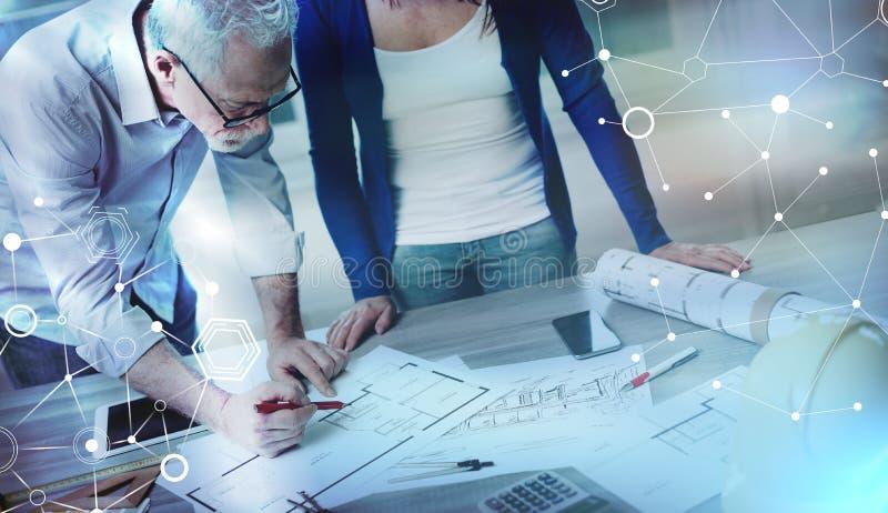 Arquitectos que trabajan en los planes, efecto luminoso Exposici?n m?ltiple libre illustration