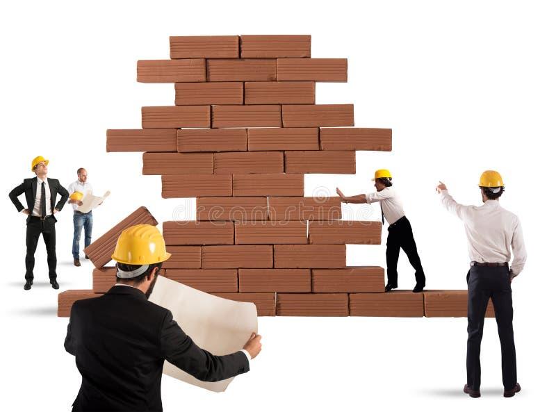 Arquitectos que trabajan en un proyecto imagenes de archivo