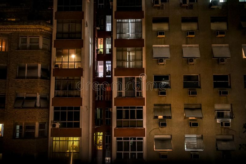 Arquitectura abstracta con los edificios altos y las ventanas imágenes de archivo libres de regalías