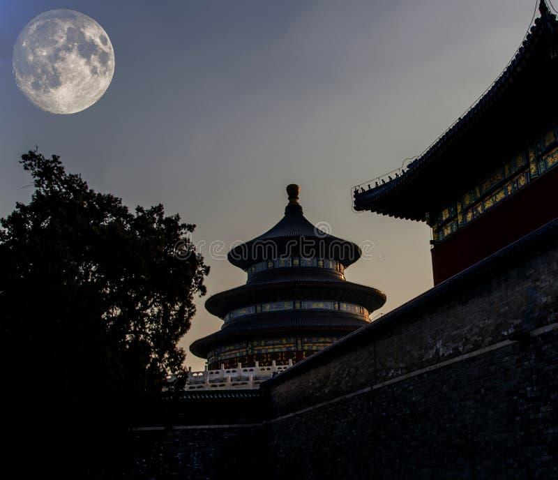 Arquitectura antigua china debajo de mediados de Autumn Festival foto de archivo