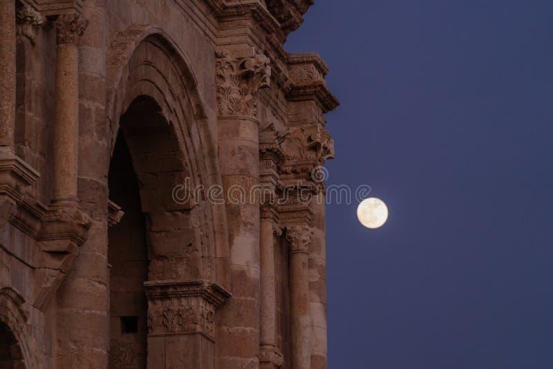 Arquitectura antigua detallada en la noche con la Luna Llena en Jerash en Amman, Jordania imagen de archivo