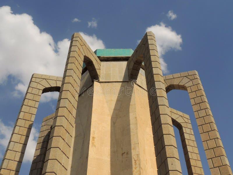Arquitectura biomimicry concreta en mausoleo del poeta en Irán fotografía de archivo