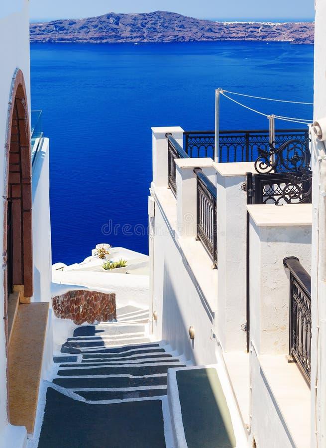 Arquitectura blanca con los pasos que llevan abajo al mar en la isla de Santorini, Grecia Paisaje hermoso con la opinión del mar imagenes de archivo