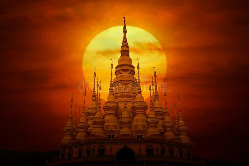 Arquitectura budista y puesta de sol, misterio fotos de archivo