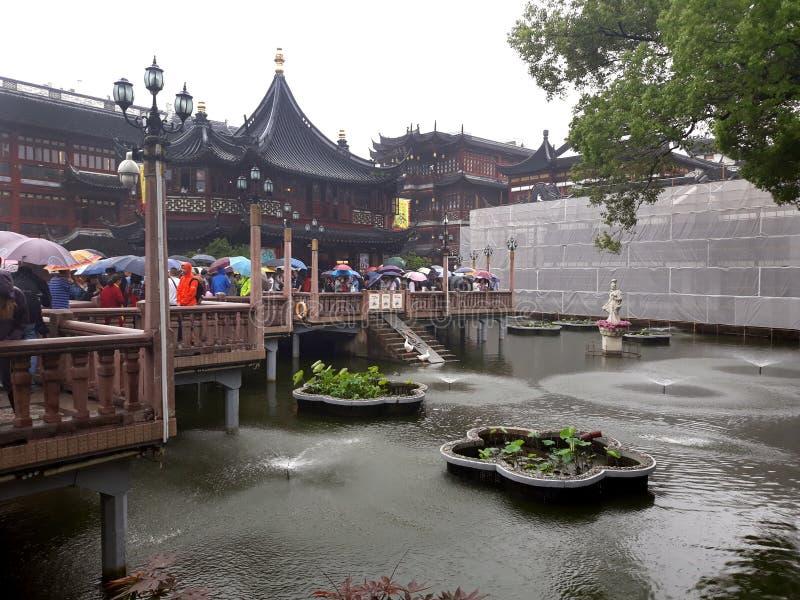 Arquitectura china en la charca foto de archivo libre de regalías